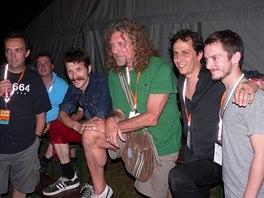 Colours of Ostrava 2006: Robert Plant a Justin Adams (zcela vlevo) s hudebníky