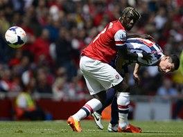 TĚSNÁ OBRANA. Bacary Sagna z Arsenalu (vlevo) drží Grahama Dorranse z West