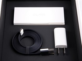 V balení jsou i doplňkové informace a nabíječka s pěkným plochým kabelem.