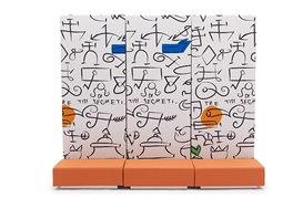 Lůžko Altola tvoří tři sedáky a vysoká opěradla připomínající pomalovanou zeď.