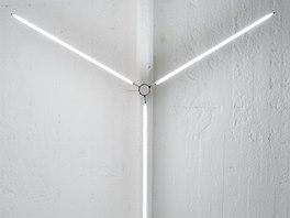 Lustr vyrobený ze zářivek