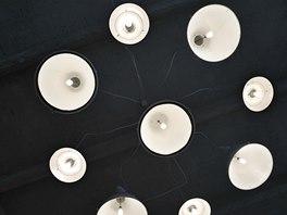 Lustr vyrobený ze zrepasovaných industriálních lamp