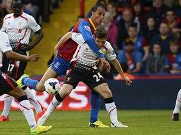 Marouane Chamakh (vlevo) z Crystale Palace v souboji s liverpoolským Joem...