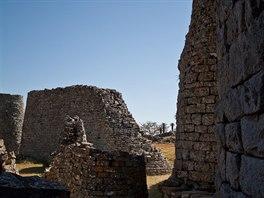 Volně stojící několik metrů vysoké zdi jsou ojedinělé.