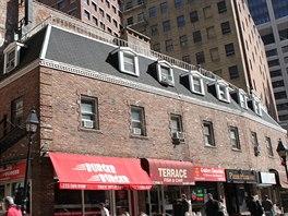 V New Yorku funguje na 25 tis�c restaurac�, ale pravideln� ve�e�e v...