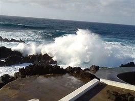 Vysok� vlny kolem l�vov�ch baz�nk� v Porto Moniz