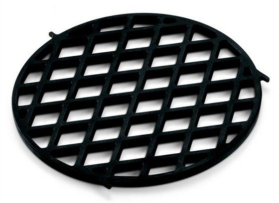 Sear Grate – rošt určený pro searing čili prudké pečení vytvoří díky porcelánem smaltované litině perfektní grilovací mřížku. Cena 1 369 Kč.