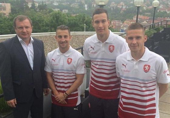 Trenér Pavel Vrba (vlevo) přivítal v reprezentaci tři nováčky: Lukáše Váchu,...