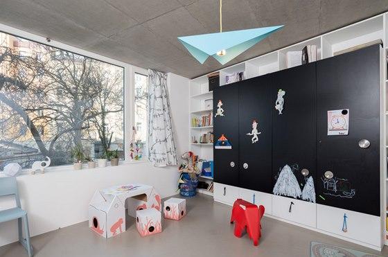 Dětský pokoj má velké okno pro maximální přísun denního světla.