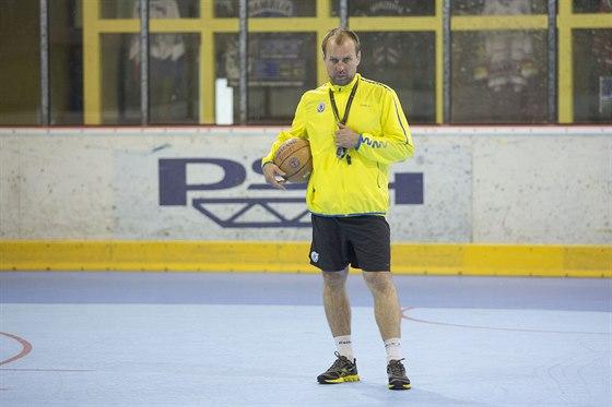 Kouč Rostislav Vlach  na prvním tréninku hokejistů Zlína.