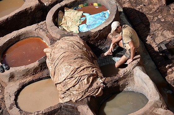 Barvírna kůže v marockému Fésu. Jemnost zajišťuje holubí trus a kravská moč.