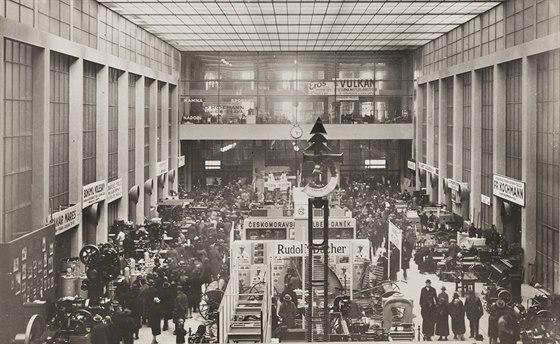 Velká dvorana Veletržního paláce během veletrhu, 30. léta
