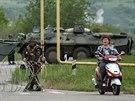 Ukrajinští vojáci střeží příjezdové cesty do Slavjansku (12. květn a2014)