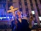 Stařík s pravoslavným křížem hlídkuje v centru Doněcku (12. května 2014)