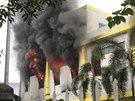 Hořící čínská továrna na jihu Vietnamu (14. května 2014)