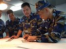 Příslušníci vietnamské pobřežní stráže studují postavení čínských lodí v okolí...