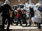 Demonstrace v Izmiru. Rozhořčení Turci viní z důlního neštěstí v Somě vládní...