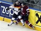 Loty�sk�ho hokejistu Marise Jaase na mantinel p�irazil N�mec Sch�tz.