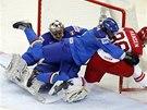 Italský hokejista Daniel Sullivan povalil před brankou Jannika Hansena z