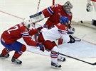 ŠUP HO TAM! Český hokejový útočník Vladimír Sobotka překonal v 1. minutě utkání zmateného norského brankáře.