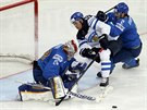Finský hokejový útočník Iiro Pakarinen se probíjí k brance Kazachstánu.