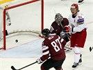 Běloruský hokejista Michail Grabovskij překonal v utkání domácího MS obranu...