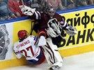 SRÁŽKA. Lotyšského brankáře Edgarse Masalskise srazil Alexej Jefimenko z...
