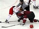 BITKA. Souboj mezi domácím Běloruskem a Lotyšskem byl na hokejovém MS hodně...