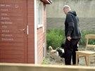 Zdeněk k čekání na slepičí vejce donesl stoličku.