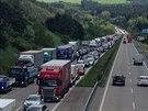 Řidič osobního auta narazil na D1 na Benešovsku do vozidla údržby, nehodu...