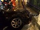 Řidič Mitsubishi nezvládl svůj vůz a u Úřadu vlády naboural do zídky. S těžkými...