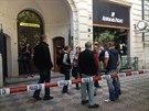 Tři rusky hovořící muži přepadli klenotnictví v Pařížské ulici v Praze a...