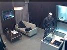 Pachatele přepadení v prodejně luxusních hodinek v Pařížské ulici v Praze...