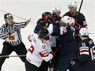 ŠARVÁTKA. Strkanice mezi hokejisty Spojených států a Švýcarska.