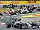 PRVNÍ ZATÁČKY. Lewis Hamilton v čele Velké ceny Španělska.