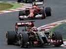 Romain Grosjean s lotusem před dvojicí jezdců stáje Ferrari při Velké ceně