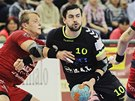 Plzeňský házenkář Petr Linhart se snaží prosadit v utkání proti Jičínu.