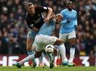 TĚSNÝ SOUBOJ. Vincent Kompany, obránce Manchesteru City, se snaží ubránit