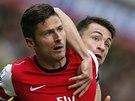 TĚSNÉ BRÁNĚNÍ. Olivier Giroud, útočník Arsenalu, je držen Russellem Martinem z