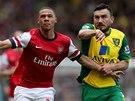ZA MÍČEM. Kieran Gibbs z Arsenalu (vlevo) a Robert Snodgrass z Norwiche.