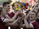 S KOPIÍ POHÁRU. Fotbalisté Sparty slaví po zápase s Olomoucí, kterou rozdrtili