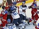 Nepřehledná situace před finskou brankou po gólu Viktora Tichonova.