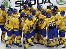 VÝHRA PO NÁJEZDECH. Švédští hokejisté po zápase s Českem.