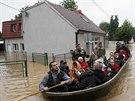 Lidé ze srbského města Obrenovac museli kvůli velké vodě opustit své domovy...