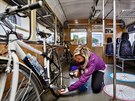 Cyklistick� vag�n Cyklohr��ku. Vejde se do n�j p�es dvacet kol. Cestuj�c�...