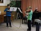 Lukáš nacvičuje se spoluhráči v základní umělecké škole