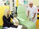 Ředitel Rehabilitačního ústavu Karel Pavelka hovoří s pacientkou Janou...