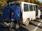 Mikrobus po nárazu nákladního auta - Do mikrobusu s dětmi narazil u Hradce...