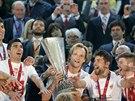 Kapitán FC Sevilla Ivan Rakitič oslavuje se spoluhráči triumf v Evropské lize....