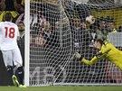 ROZHODUJÍCÍ TREFA Gameiro z FC Sevilla střílí rozhodující gól penaltového...